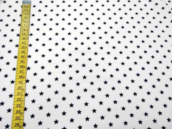 Tela estrellas negras fondo blanco punto de camiseta