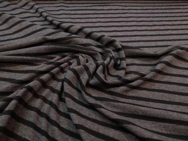 Punto de camiseta gris con rayas negras